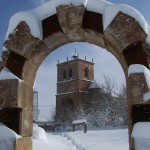 Arco e iglesia de Salinas